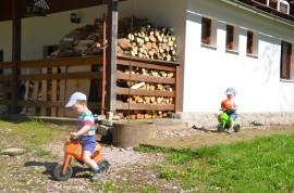 mladí motorkáři u chaty