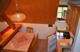 pohled ze schodů na kuchyňku