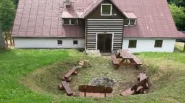 ohniště za chatou s novým sezením